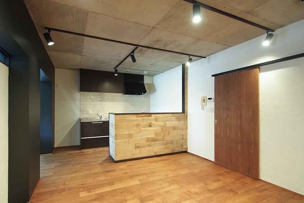 無垢材カウンターキッチンの家