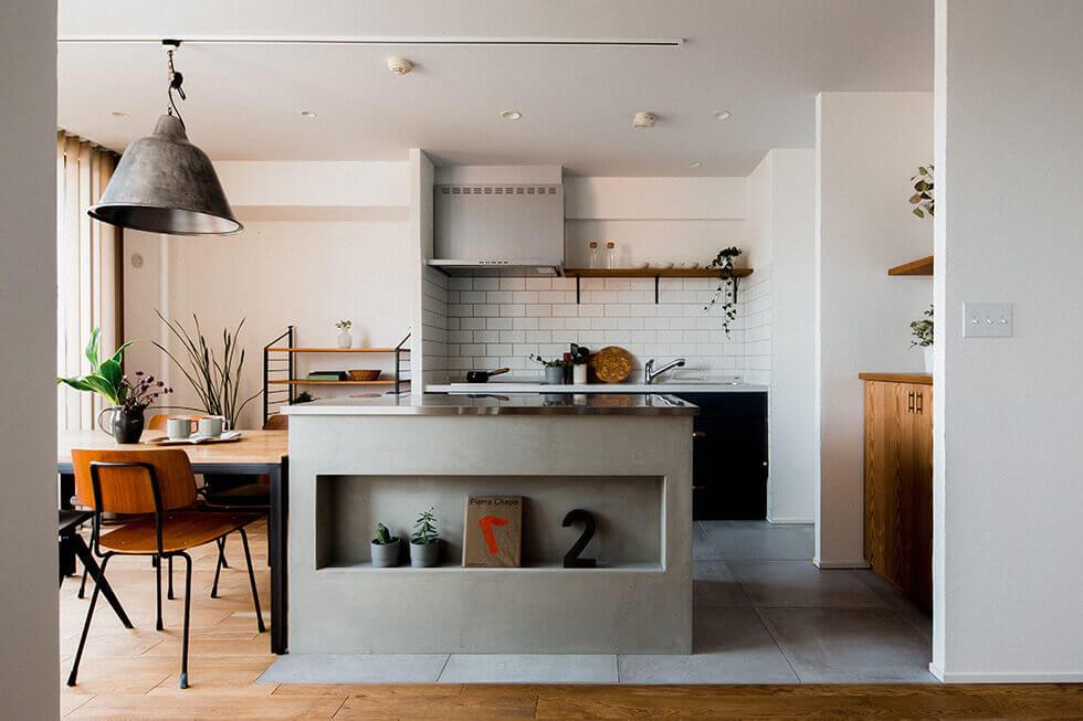 素材感を楽しむキッチンが主役の家