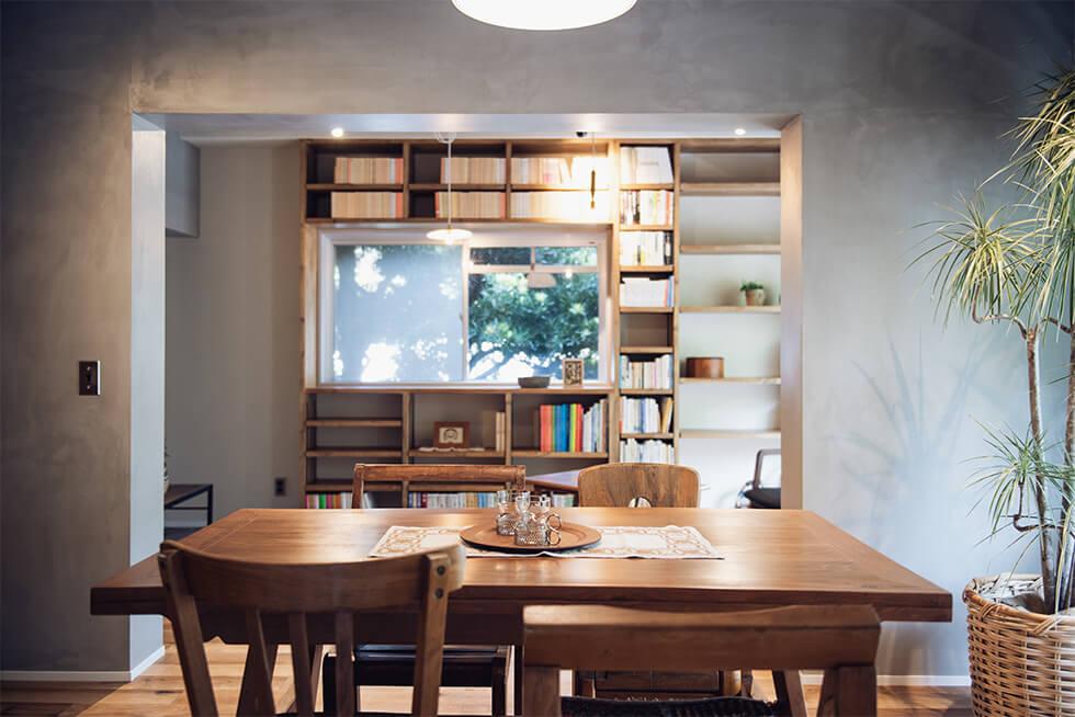 """書棚と借景が""""一体化""""する創造空間"""